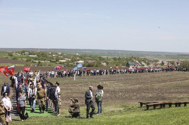 Людской поток к мемориалу «Самбекские высоты» в майские дни.