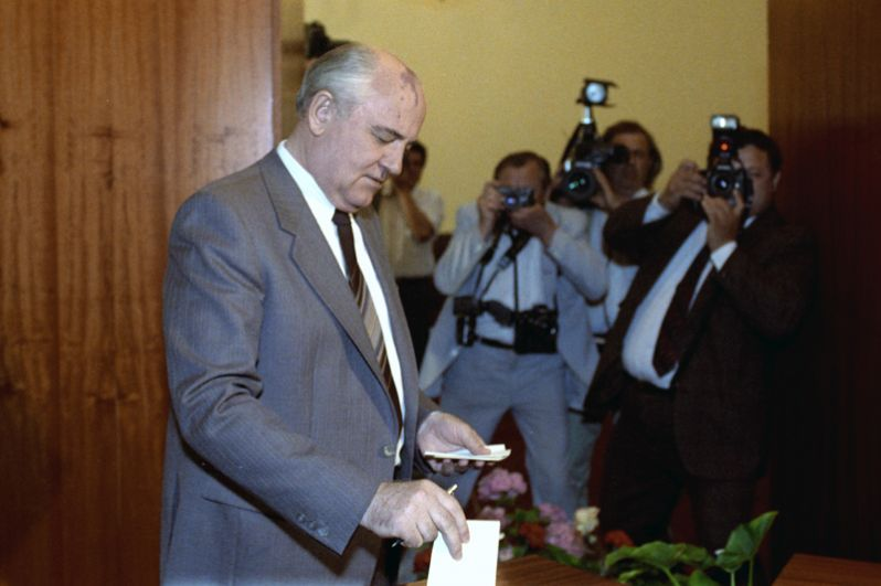 Президент СССР, генеральный секретарь ЦК КПСС Михаил Сергеевич Горбачёв на избирательном участке.