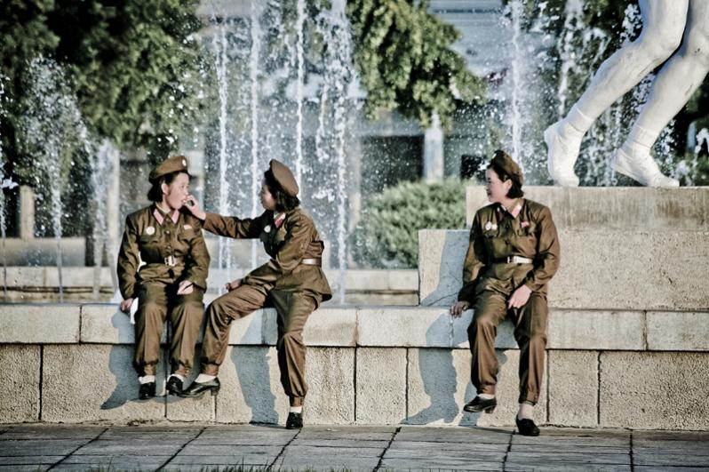 Мэтт Пэш (Великобритания). Женщины Пхеньяна. 2012. «Как фотографу мне пришлось нелегко. Фотографировать людей обычно не разрешалось, да и вообще вся фотосъёмка тщательно контролировалась. Многие живые фотографии я сделал «подпольно», используя телеобъектив или снимая «от бедра», чтобы не привлекать внимания. Меня не покидало ощущение, что я и вся наша группа постоянно находится под наблюдением, и что ничего не проходит незамеченным», — рассказал о работе в КНДР фотограф.