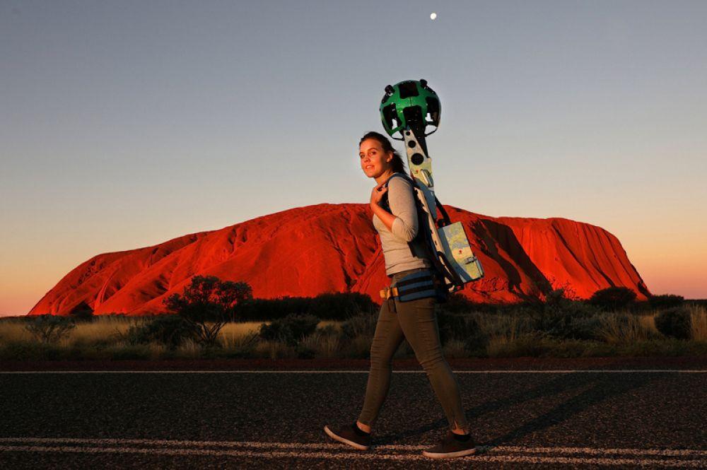 7 июня. Девушка с камерой Trekker Google Street View у скалы Улуру, Австралия.