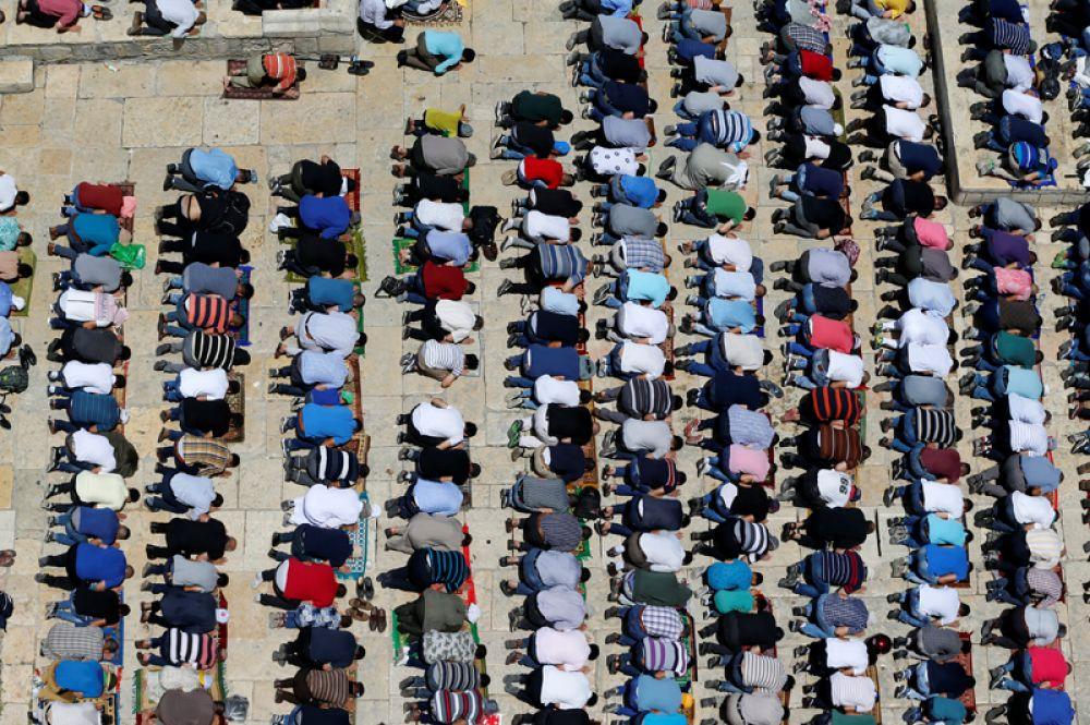 9 июня. Мусульмане во время пятничной молитвы в Старом Городе Иерусалима.