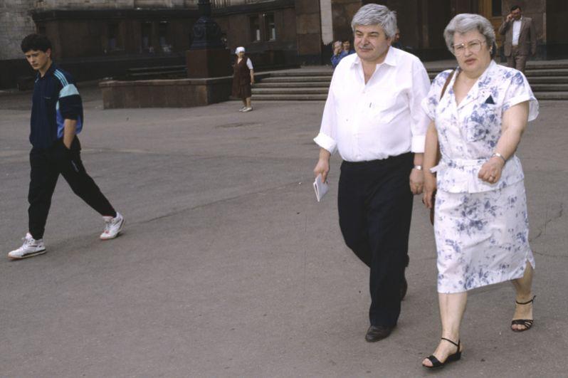Гавриил Харитонович Попов, председатель Моссовета, с супругой идут на избирательный участок. На выборах 1991 года Попов был избран первым мэром Москвы.