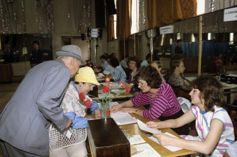 Граждане голосуют на одном из избирательных участков.