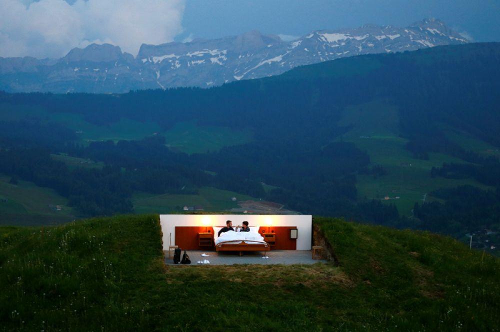 6 июня. Гостиница категории «ноль звёзд» без стен и крыши, расположенная на высоте 1200 метров в швейцарских Альпах.