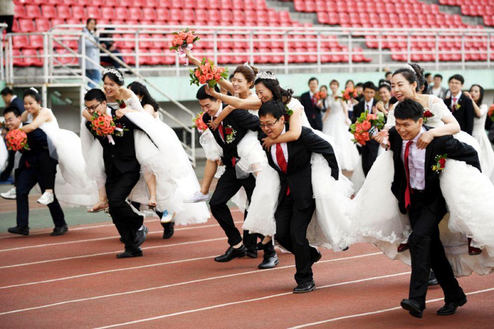 4 июня. Массовая свадьба 64 пар в Харбинском технологическом институте, Китай.