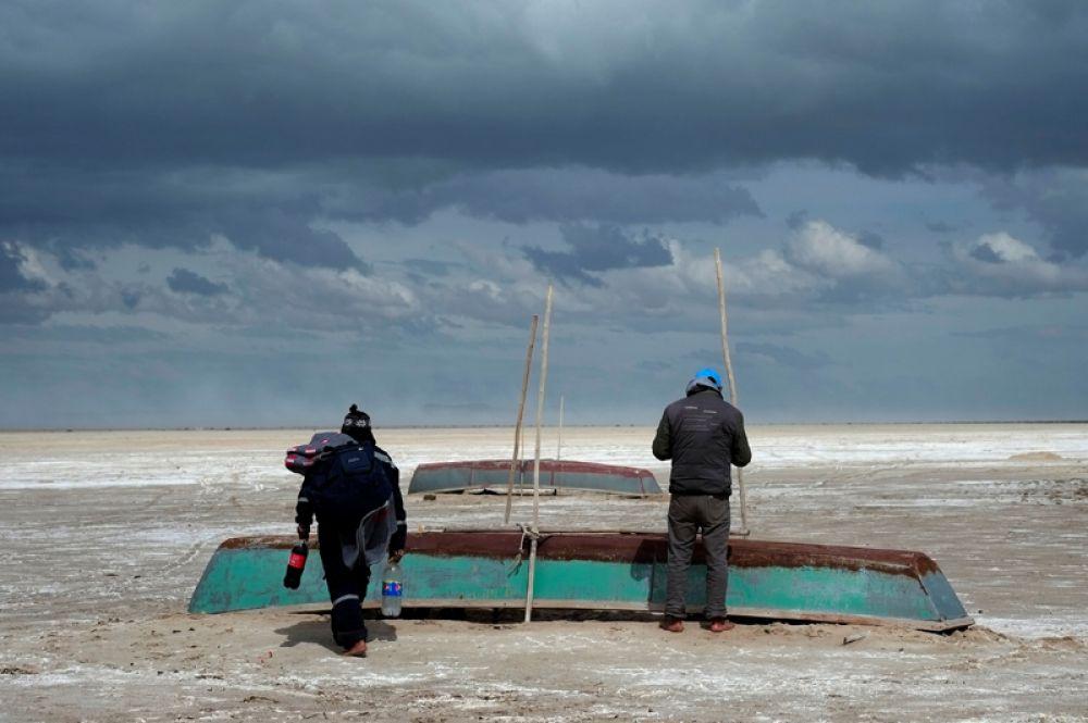 7 июня. Рыбаки на озере Поопо, где наблюдается небольшое восстановление уровня воды, Боливия.