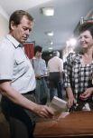 Член Совета безопасности СССР и один из претендентов на пост Президента РСФСР Вадим Викторович Бакатин на избирательном участке.