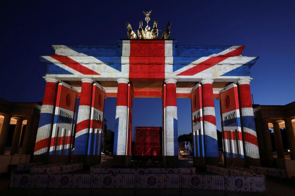 4 июня. Бранденбургские ворота в Берлине, расцвеченные цветами британского флага, в память о жертвах атаки в Лондоне.