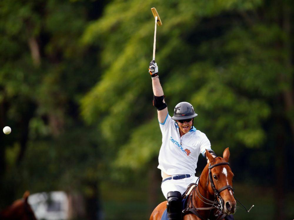 5 июня. Британский принц Гарри принимает участие в соревнованиях по конному поло в Сингапуре.