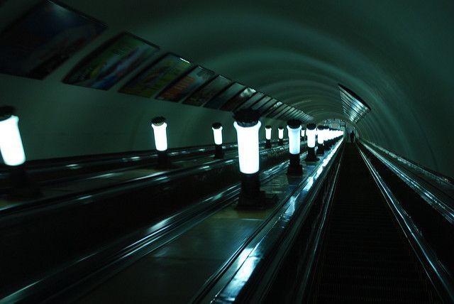 Встоличном метро умер «зацепер», сорвавшись свагона