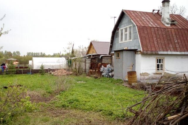 Раненому сторожу удалось скрыться от убийц в одном из домиков садоводов.