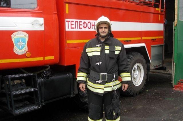 Брянского сотрудника МЧС, спасшего соседей напожаре, представили кнаграде