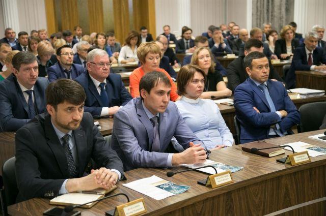 Ирек Мухаметшин (в центре) ранее возглавлял Департамент продовольствия и социального питания.