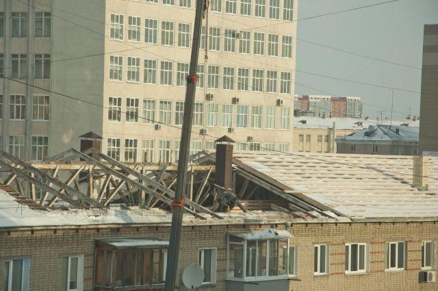 Крышу ремонтировали под дождем.