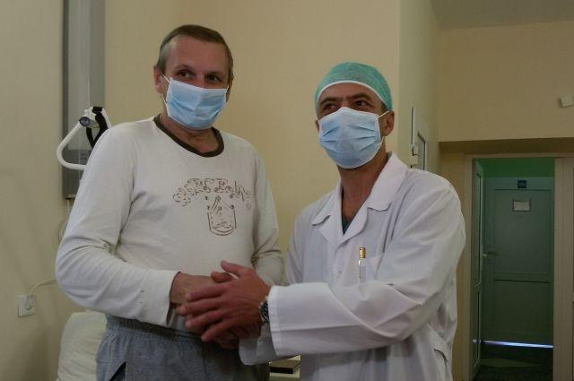 Медаль отцу молодого человека вручил главный врач краевой клинической больницы Анатолий Касатов