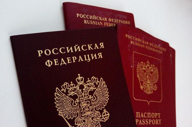 15 тюменских школьников получили паспорта из рук губернатора области