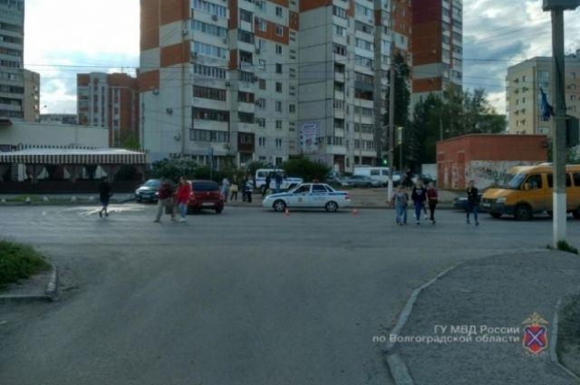 ВВолгограде при столкновении Форд  и Рэно  был сбит натротуаре пешеход
