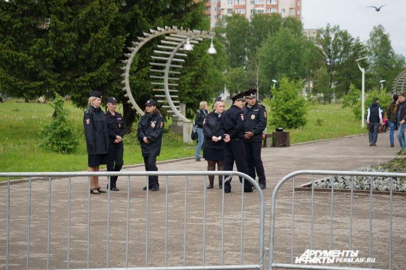 Представителей полиции было достаточно много по всему периметру площадки, где проходил митинг.