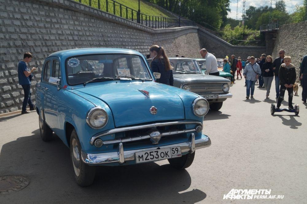 Выставка ретро-автомобилей на набережной.