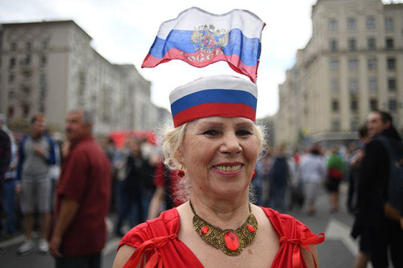 Женщина на Тверской улице во время празднования Дня России в Москве.