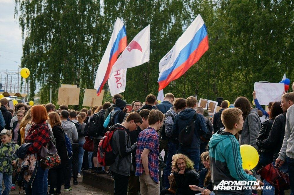 Многие пришли с флагами.