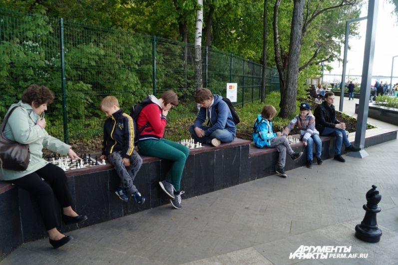 На набережной пермяки могут поиграть в шахматы.