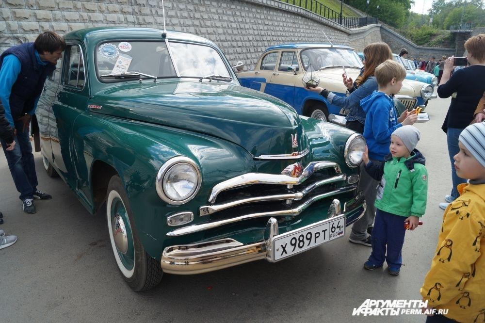 Ретро-автомобили на пермской набережной.