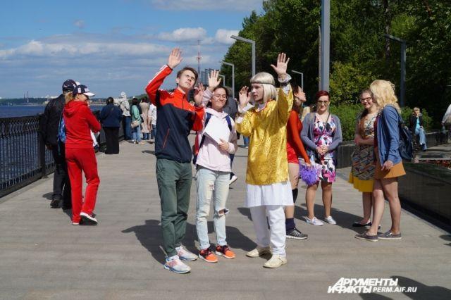 Гуляющих развлекают артисты уличных театров.
