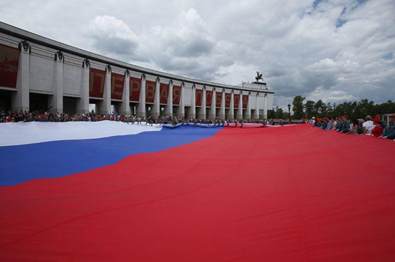 Курсанты МЧС России развернули флаг РФ в честь Дня России на Поклонной горе в Москве.
