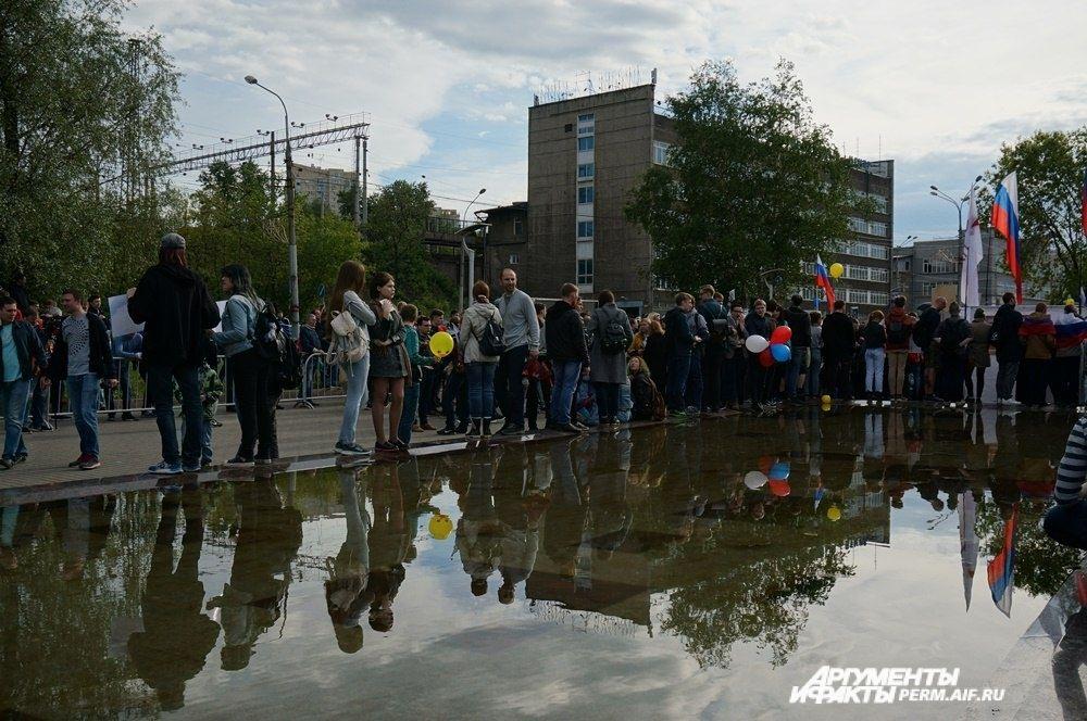 Митингующие равномерно распределились по площадке проведения гражданской акции.