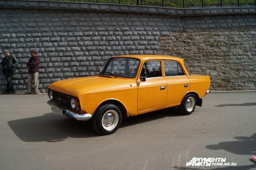 Фотографировать машины советских времён выстраиваются очереди.