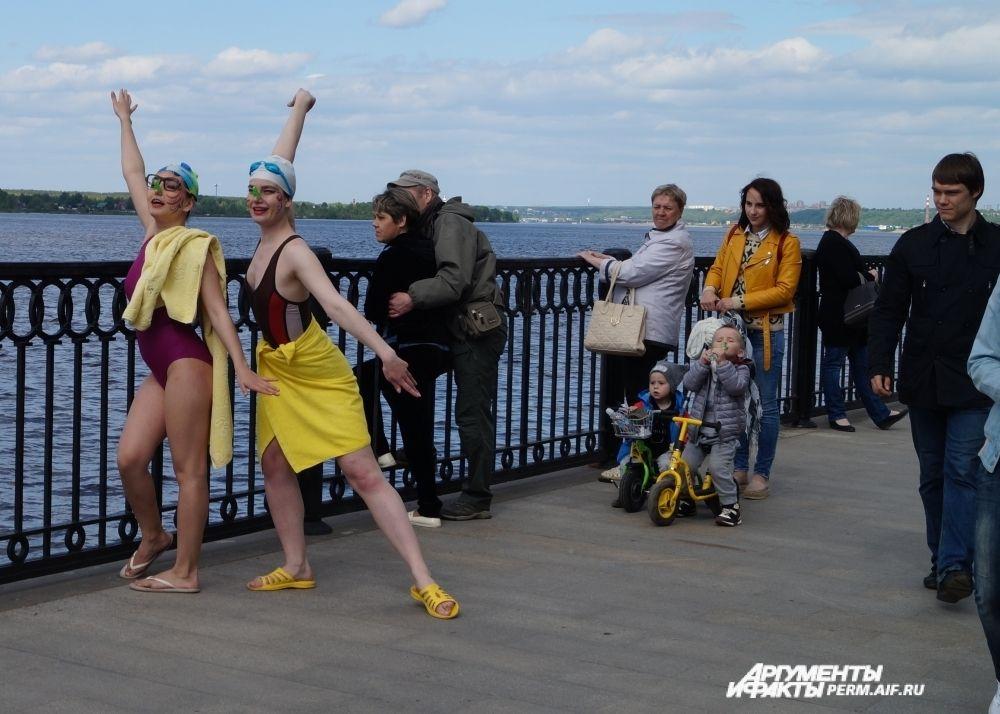 Нет, это не команда пловцов, это артисты, развлекающие прохожих.