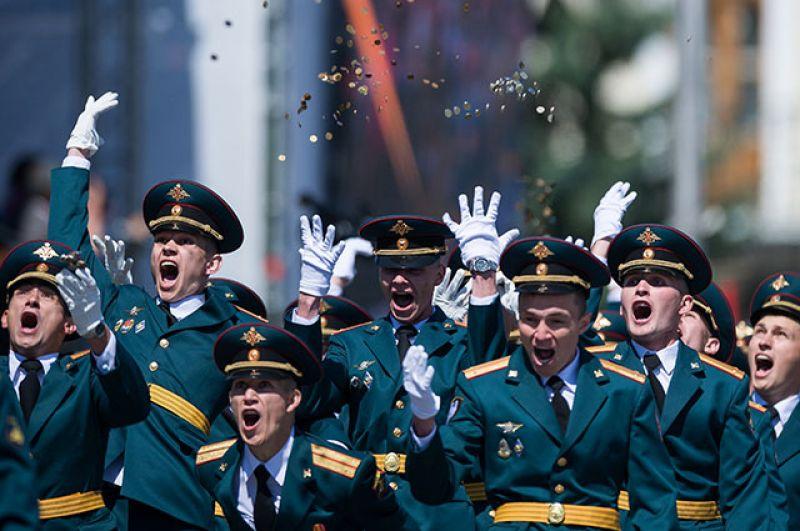 Курсанты Омского автобронетанкового инженерного института на Соборной площади во время выпускного, приуроченного к празднованию Дня России.
