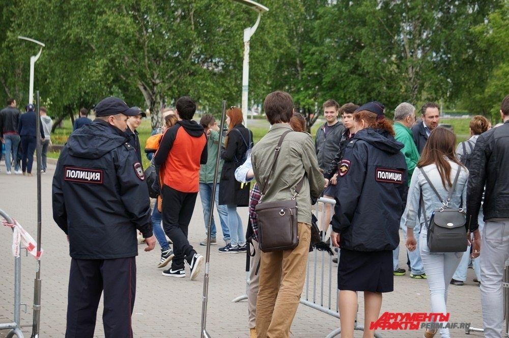 На входе сумки участников митинга проверяли сотрудники полиции.