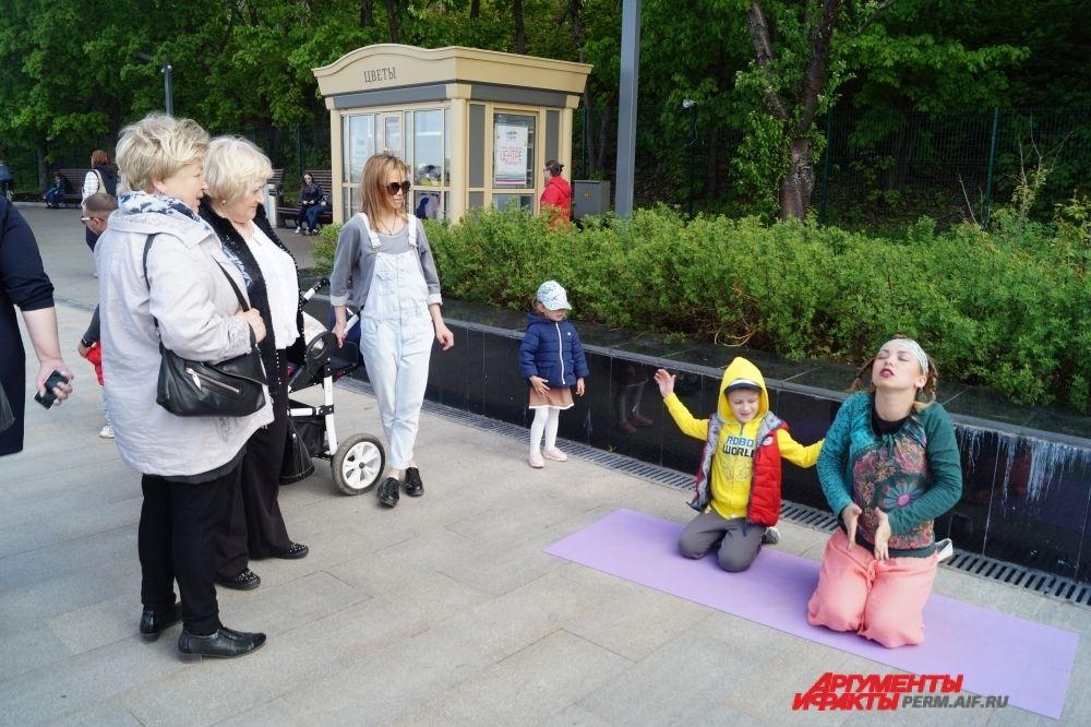 Пермяки с удовольствием принимают участие в уличных представлениях.