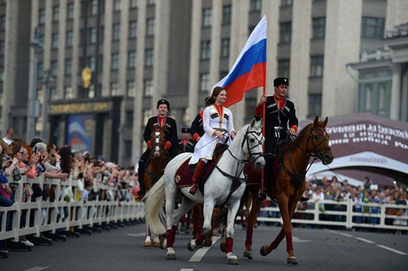 Всадники Кремлевской школы верховой езды во время праздника в честь Дня России.