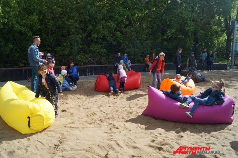 На набережной много игровых зон для детей.