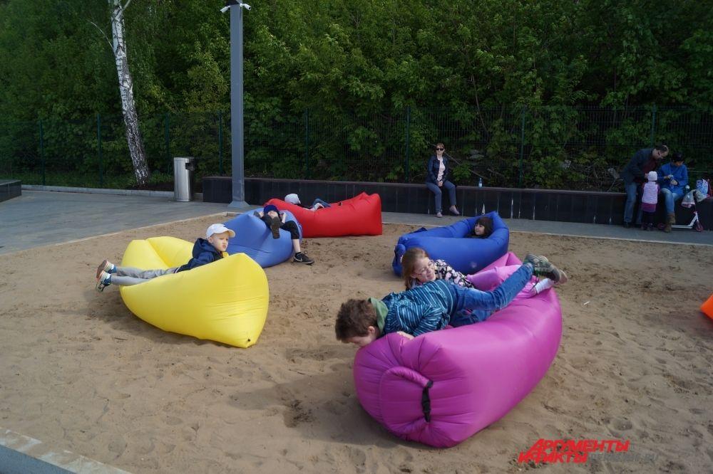 Дети с удовольствием валяются на надувных диванах.