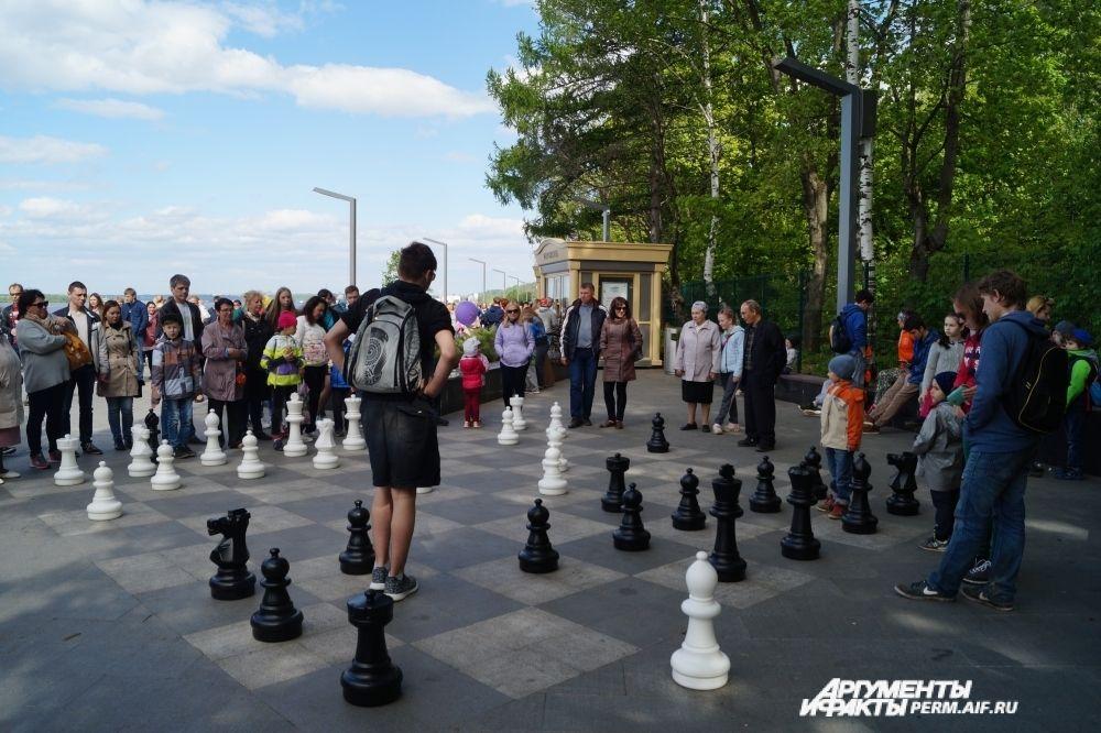 Шахматы на набережной есть разных размеров.
