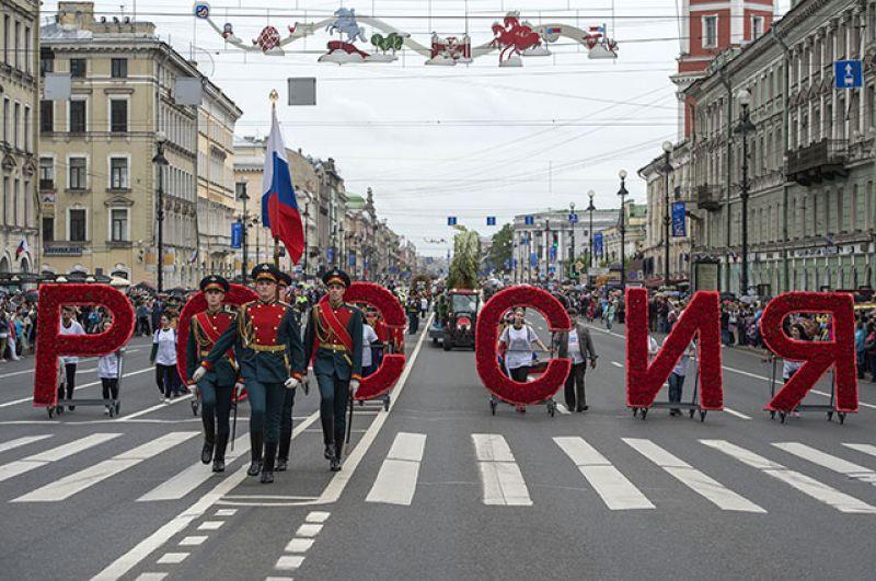 Парад на Невском проспекте в рамках празднования Дня России в Санкт-Петербурге.