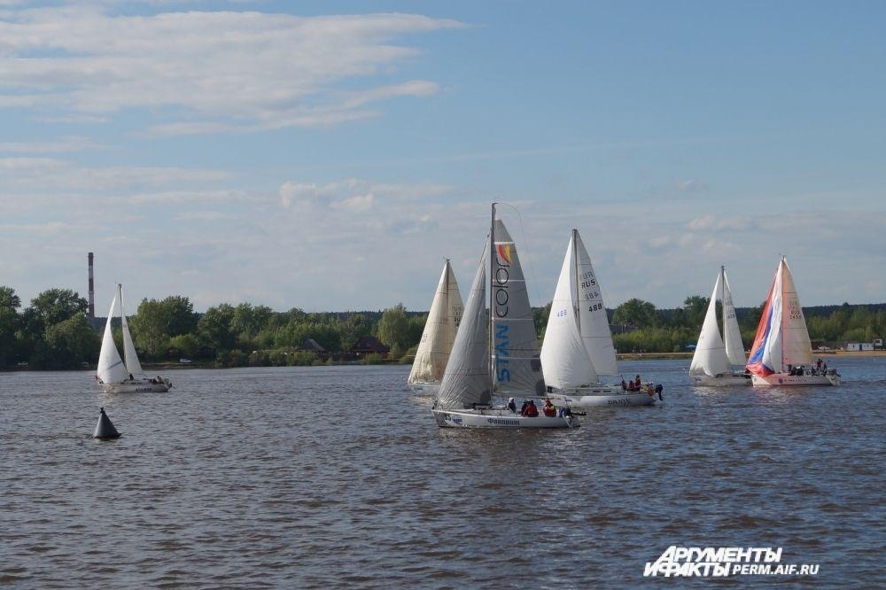 После гонки яхты устроили парад для зрителей.