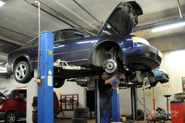 Механики ремонтировали генератор автомобиля, после этого он загорелся.