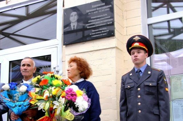 Слева родители погибшего милиционера.