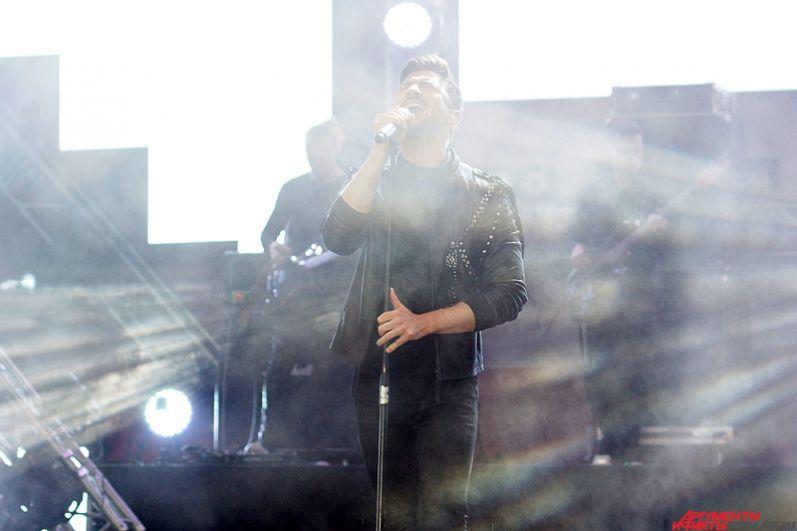 Певец исполнил все самые популярные песни из своего репертуара.