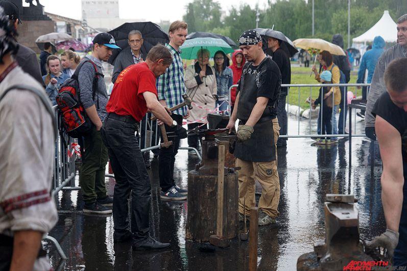IX фестиваль кузнечного искусства «Горнило Сварога» состоялся у монумента «Героям фронта и тыла».