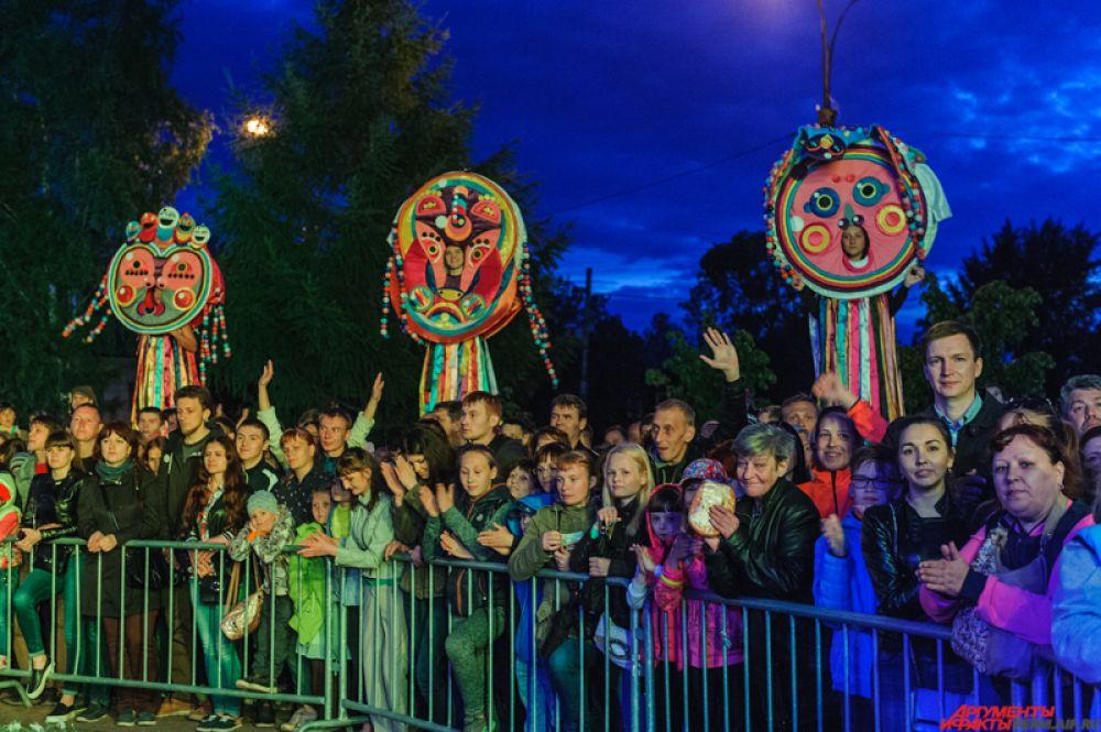 Пространство вокруг памятника наполнилось интерактивными развлечениями, особыми гостями события стали «ожившие маски» – символы карнавального шествия «Пермское яркое».
