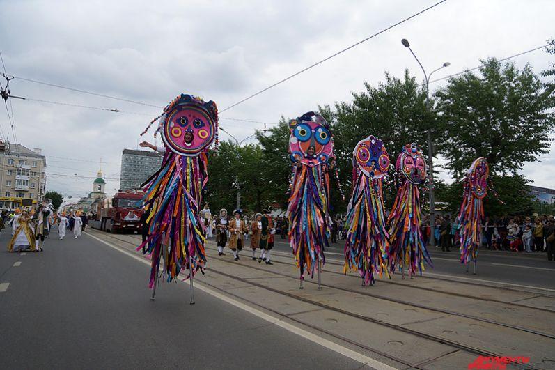 В этом году в составе карнавала шесть тематических «коробок», посвященных важным и значимым событиям в жизни города и страны.