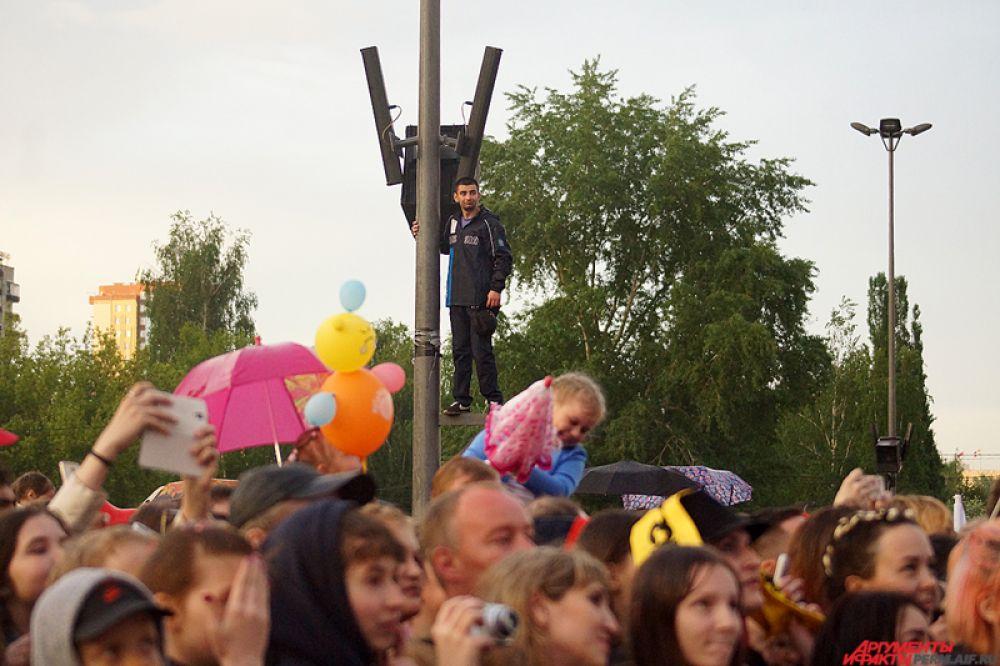 Желающих посмотреть на выступления Лазарева было настолько много, что самые находчивые забирались на возвышенности.