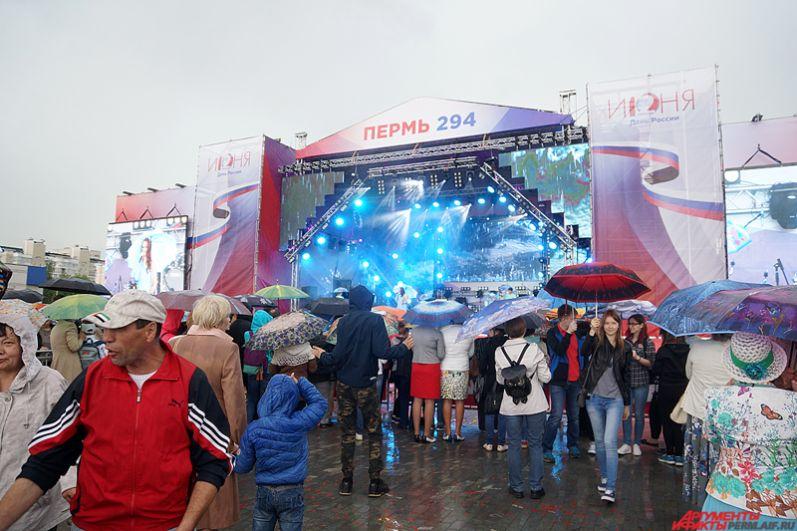 На главной сцене города около Театра-Театра развернулась музыкальная программа.