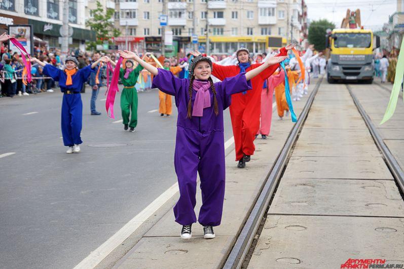 Продолжилось празднование карнавальным шествием «Пермское яркое», участники которого начали свое движение от ЦУМа и прошли по улице Ленина до Театра-Театра.